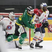 Thurgaus Léonardo Fuhrer stört im Slot Goalie Stefan Müller und Verteidiger Lucas Matewa von den Ticino Rockets. (Bild: Mario Gaccioli)