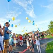 Die Teilnehmer lassen blaue und gelbe Ballone zum Himmel steigen. (Bilder: Donato Caspari)