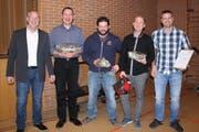 Christian Feuz und die vier beförderten Feuerwehrleute: Christian Feuz, Stephan Quartenoud, Michael Kugler, Marc Rusch und Remo Strasser. (Bild: Trudi Krieg)