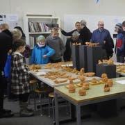 Besucher bestaunen die entstandenen Werke der ersten Semesterkurse in der Bildschule im P+R-Gebäude. (Bilder: PD)