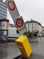 Am Eingang zum Vadianplatz: Wenn die «Möblierung» im Weg steht. (Leserbild: Franz Häusler-Hafner - 10. Mai 2019)