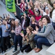 Die Grünen und Jungen Grünen feiern zusammen mit ihrer Regierungsratskandidatin Korintha Bärtsch den Wahlerfolg bei den Kantons- und Regierungsratswahlen. (Bild: Philipp Schmidli, Luzern, 31. März 2019)