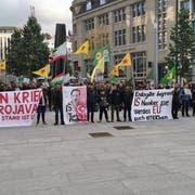 Gegen 100 Demonstranten versammelten sich auf dem Kornhausplatz. (Bild: Miguel Lo Bartolo)