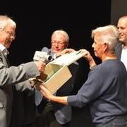 Jürg Schenkel, Beatrice Denz und Patrick Eich vom Kreuzlinger Fernsehen schenken Martin Hess (l.) eine Kamera. (Bilder: Margrith Pfister-Kübler)