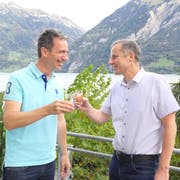 Die beiden Gemeindepräsidenten Andreas Gisler (links) und Toni Stadelmann stossen an. (Bild: Philipp Zurfluh, Bauen, 20. Oktober 2019)
