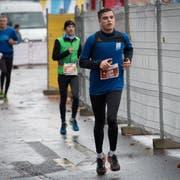 Musste bei seinem Marathon-Debüt leiden: der 20-jährige John Truninger (vorne) aus Zug. (Bild: Boris Bürgisser (Luzern, 28. Oktober 2018))