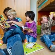 Auf 100 Kinder im Kanton St.Gallen kommen sechs Vollzeitplätze für die Betreuung. (Bild: KEYSTONE/Ennio Leanza)