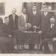 Die Familie Güntensperger-Küttel: Mutter Paulina und Vater Vinzenz zusammen mit ihren sieben Kindern. August Güntensperger steht als dritter von rechts neben seinem Bruder. (Bild: PD)
