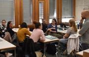 Wirtschafts- und Rechtslehrer Daniele Favazzo (stehend) hört zu, während die Klasse über die Abstimmungsvorlagen vom 25. November spricht. (Bild: Timon Kobelt)