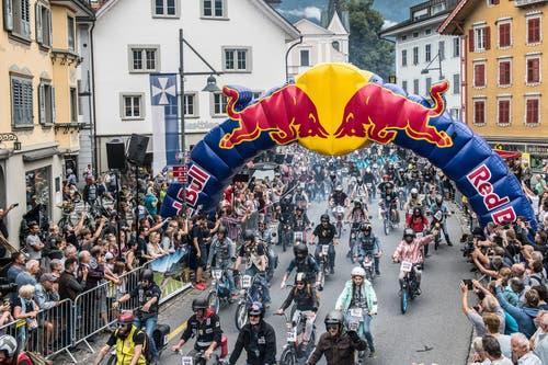 Schall und Rauch: Start des Alpenbrevets 2018 in Sarnen. Die Rundfahrt führte über 3 Pässe durch die Zentralschweiz.