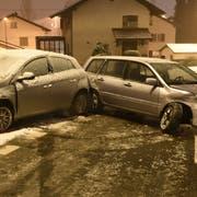 Die beiden Autos wurden bei der Kollision in Nebikon so stark beschädigt, dass sie abgeschleppt werden mussten. (Bild: Luzerner Polizei)