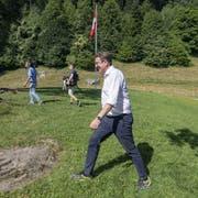 Auf historischen Pfaden: SVP-Präsident Albert Rösti schreitet über das Rütli. (Bild: Urs Flüeler/Keystone, Rütli, 25. Juli 2019)