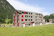 Das Haus B der Überbauung Brunnital steht bereits. Im daneben geplanten Haus A will die Stiftung «Wohnen im Alter» von Unterschächen Wohnungen kaufen. (Bild: Florian Arnold, 17. Juli 2017)