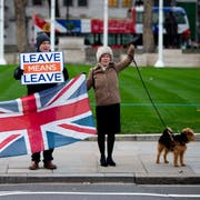 Brexit-Befürworter in London. (Bild: EPA/WILL OLIVER)