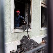 Blick auf das Mehrfamilienhauses nach dem Brand. (Bild: KEYSTONE/Alexandra Wey)