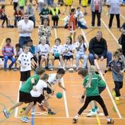 Im Vergleich zu den anderen neun grossen Schweizer Städten glänzt St.Gallen auch mit der Verfügbarkeit von Sportstätten für Hobbysportler. (Bild: Urs Jaudas - Handball-Schüeleri im Athletik-Zentrum, 16.11.2013)