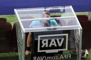 Schiedsrichter Nestor Pitana schaut sich an der Fussball-WM eine Torszene nochmals an. (Bild: Thanassis Stavrakis / AP (Moskau, 15. Juli 2018))