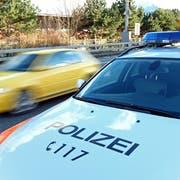 Als er im Polizeiauto abgeführt wurde kam es zu wüsten Beleidigungen und einer Spuckattacke gegen die Polizeibeamten. (Symbolbild: Philipp Schmidli)