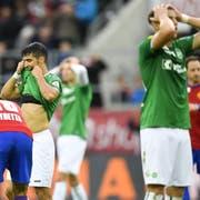 Es ist zum Haareraufen für die Spieler des FC St.Gallen: Trotz diverser Grosschancen gewinnen die Ostschweizer gegen Basel nicht. (Bild: Keystone)