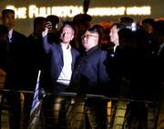Kim Jong-Un (mit Brille) und Singapurs Aussenminister Vivian Balakrishnan posieren für ein Selfie. (Lynn Bo Bo/EPA; Singapur, 11. Juni 2018)