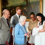 Herzogin Meghan und Prinz Harry stellen Queen Elisabeth II. und Prinz Philip im Windsor Schloss das neue Baby. Auch Meghans Mutter Doria Ragland ist aus den USA angereist. (Bild: Chris Allerton/SussexRoyal via AP)