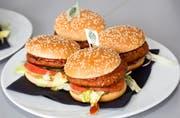 Sieht aus wie ein herkömmlicher Burger, ist aber fleischlos: «The Green Mountain Burger» der Liechtensteiner Hilcona. (Bild: PD)