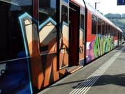 Ein im Mai 2011 versprayter Zug der Zentralbahn. Der jetzt verurteilte Täter war zwischen 2014 und 2016 aktiv. (Bild: OZ)