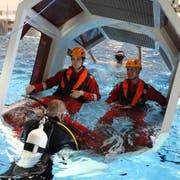 Übung im Campus Sursee zur Rettung von Personen in einem Helikopter, der im Wasser. Durchgeführt von Air Zermatt.Bild: Janick Wetterwald