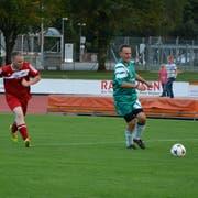 Eine Szene aus dem Fussballmatch von vergangenem Freitag: FDP-Gemeinderat Claudio Bernold (grünweiss) am Ball. (Bild: Mathias Frei)