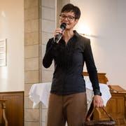 Autorin und Kantonsbibliothekarin Heidi Eisenhut stellt in der Kirche Trogen ihr neues Buch vor. (Bild: Claudio Weder)