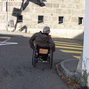 Gefährlich: Unterhalb des Stadttores muss Markus Böni auf die Strasse ausweichen, da für ihn kein Weg auf das Trottoir führt.