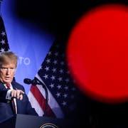Im Fokus einer Fernsehkamera: US-Präsident Donald Trump an der Pressekonferenz anlässlich des Nato-Gipfels in Brüssel. (Markus Schreiber/AP (12. Juli 2018))