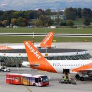 ARCHIV - ZU DEN JAHRESZAHLEN 2018 DES GENEVE AEROPORT STELLEN WIR IHNEN FOLGENDES BILDMATERIAL ZUR VERFUEGUNG, AM MITTWOCH, 27. MAERZ 2019 - Des avions de la compagnie EasyJet photographies sur le tarmac de l'Aeroport International de Geneve (AIG), ce jeudi 12 octobre 2017 a Geneve (KEYSTONE/Martial Trezzini)