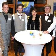 Der Vorstand des Gewerbevereins präsentierte sich in Kleidern aus der Zeit der «Roaring Twenties»: Lucia Lazzaro, Yves von Dach, Silvan Baumgartner, Leila Saladin, Rolf Raschle und Bernhard Gmür (von links). (Bild: Philipp Stutz)