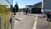 Blick auf die Unfallstelle vom Mittwoch auf der Autobahn zwischen Winkeln und Gossau. (Bild: Kantonspolizei St.Gallen - 10. Juli 2019)