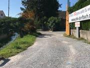 Der blaue Punkt (rechts im Vordergrund) markiert die Bachführung nach dem geplanten Ausbau. (Bilder: Andrea Häusler)