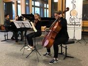Das Sieger-Trio: Maximilian Kauf, Lara Buchard und Chiara D'Intino (von links). Im Hintergrund Claudia Dischl, musikalische Leiterin. (Bild: PD)