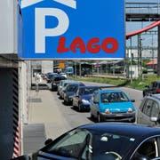 Autofahrer im Stau vor dem Konstanzer Einkaufszentrum Lago. (Bild: Reto Martin)