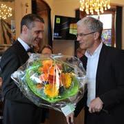 Der Altdorfer Gemeindepräsident Urs Kälin (rechts) gratuliert Pascal Blöchlinger zur Wahl als Landratspräsident. (Bild: Urs Hanhart, Altdorf, 19. Juni 2019)