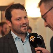 Simon Stadler war nach seiner Wahl zum Nationalrat ein gefragter Interviewpartner. (Bild: Urs Hanhart, Altdorf, 20. Oktober)