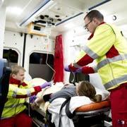 Rettungskräfte des Luzerner Kantonsspitals in der Ambulanz. (Symbolbild: Corinne Glanzmann (Luzern, 14. Dezember 2015))