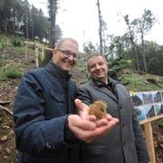 Kastanienhain Treib: Projektleiter Roland Wüthrich (links) und Regierungsrat Dimitri Moretti freuen sich über die gelungene Restaurierung. (Bild: Urs Hanhart, Seelisberg, 1. Oktober 2018)