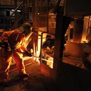 Ein Mitarbeiter entnimmt beim Pfannenofen eine Probe (Bild: Pius Amrein (Emmenbrücke, 27. April 2010)