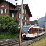 Ein Zug fährt bei der Haltestelle Matt in Hergiswil vorbei. (Archivbild: Corinne Glanzmann)