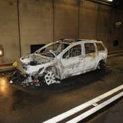 Dieser Personenwagen brannte vollständig aus. (Bild: Kantonspolizei Uri, Hospental, 31. Dezember 2018)