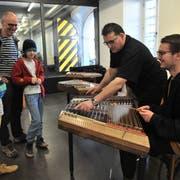 Interessierte lernen am Schweizer Hackbrett-Tag die Vielfalt des Instruments kennen. (Bild: Urs Hanhart, Altdorf, 23. März 2019)