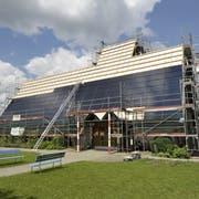 Im Sommer 2010 wurde das Dach der Halden-Kirche mit einer Fotovoltaik-Anlage bestückt. (Bild: Hanspeter Schiess (25. Juli 2010))