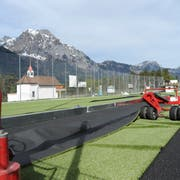 Nun kann auf dem Sportplatz Grüner Wald der Kunstrasen verlegt werden. (Bild: Urs Hanhart, Schattdorf, 24. April 2019)