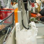 Eingepackt statt eingekauft: Das paar hat beim Scannen der Lebensmittel geschummelt. (Bild: Coralie Wenger, 3. Oktober 2014)