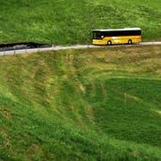 Ein Postauto von Giswil unterwegs auf die Mörlialp. (Bild: Nadia Schärli, Giswil, 16. Juli 2010)